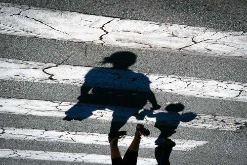 passage-pieton-mere-enfant-traversant-ombres-credit-Regine-Heintz.jpg