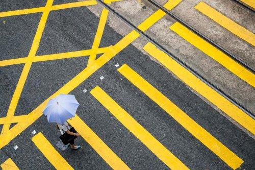 passage-pieton-parapluie-hong-kong-credit-Regine-Heintz.jpg