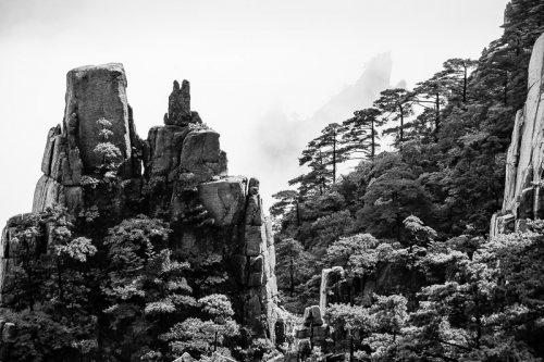 montagnes-jaunes-chine-huangshan-brume-noir-et-blanc-zen-5-credit-Regine-Heintz.jpg