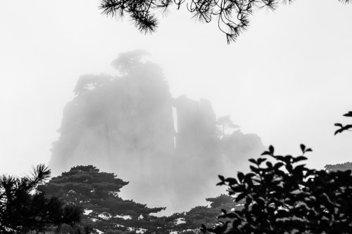 montagnes-jaunes-chine-huangshan-brume-noir-et-blanc-zen-6-credit-Regine-Heintz.jpg