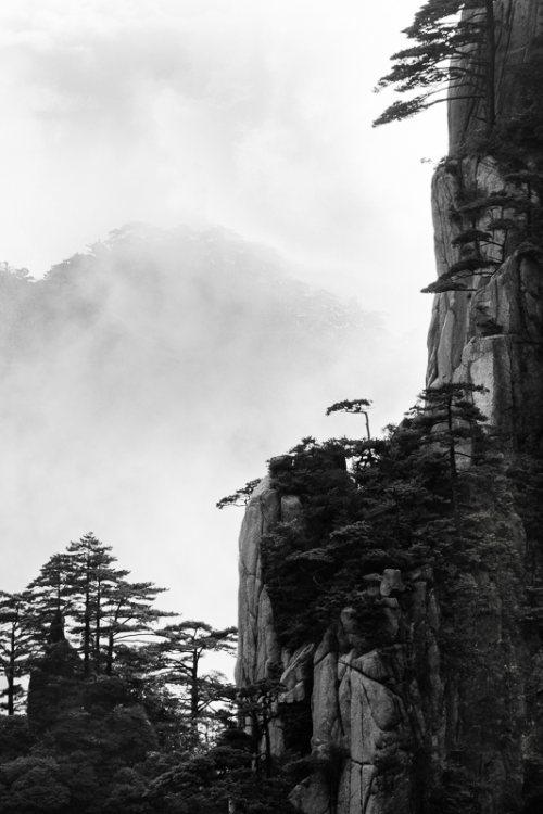 montagnes-jaunes-chine-huangshan-brume-nuages-noir-et-blanc-zen-7-credit-Regine-Heintz.jpg