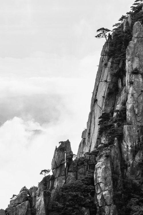 montagnes-jaunes-chine-huangshan-brume-nuages-noir-et-blanc-zen-8-credit-Regine-Heintz.jpg
