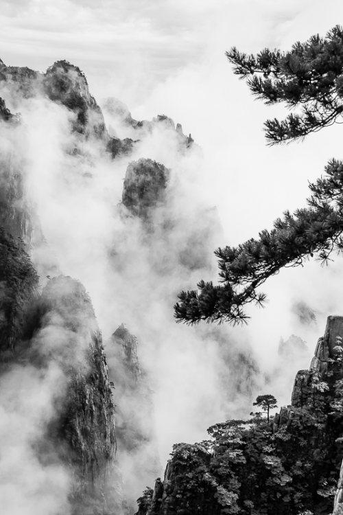 montagnes-jaunes-chine-huangshan-brume-nuages-noir-et-blanc-zen-9-credit-Regine-Heintz.jpg