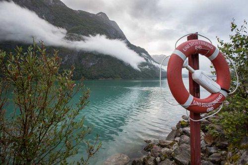 Briksdalbreen-lac-Norvege-bouee-sauvetage-Norvege.jpg