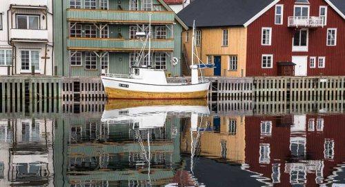 bateau-quai-maisons-colorees-port-Henningsvaer-Lofoten-Norvege.jpg
