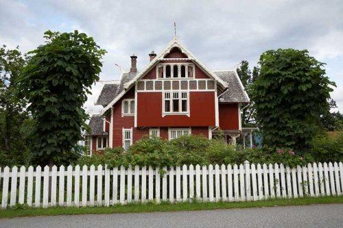 maison-rouge-cloture-blanche-Balestrand-Norvege.jpg