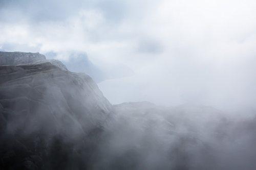 Lysefjord-Preikestolen-brume-fjord-Norvege.jpg